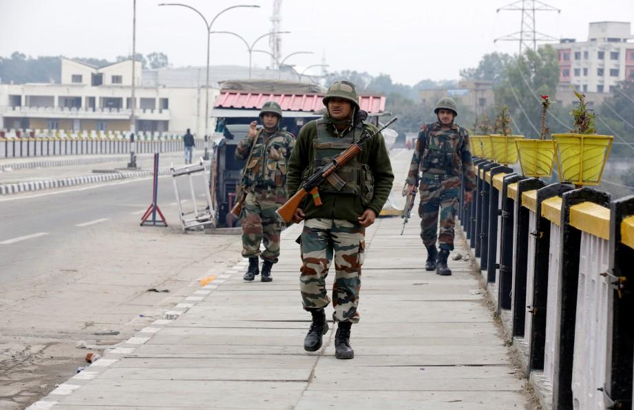TENTERA India menjaga keselamatan setelah berlakunya pengeboman di Kasmir. FOTO EPA
