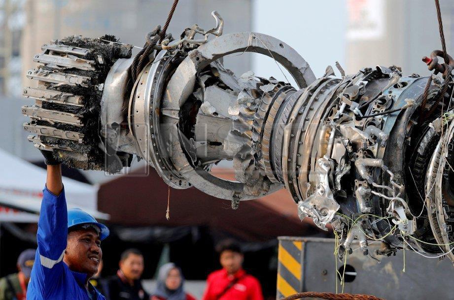 Pekerja penyelamat membantu mengangkat enjin turbin penerbangan Lion Air JT610 di Tanjung Priok,Jakarta. Foto REUTERS