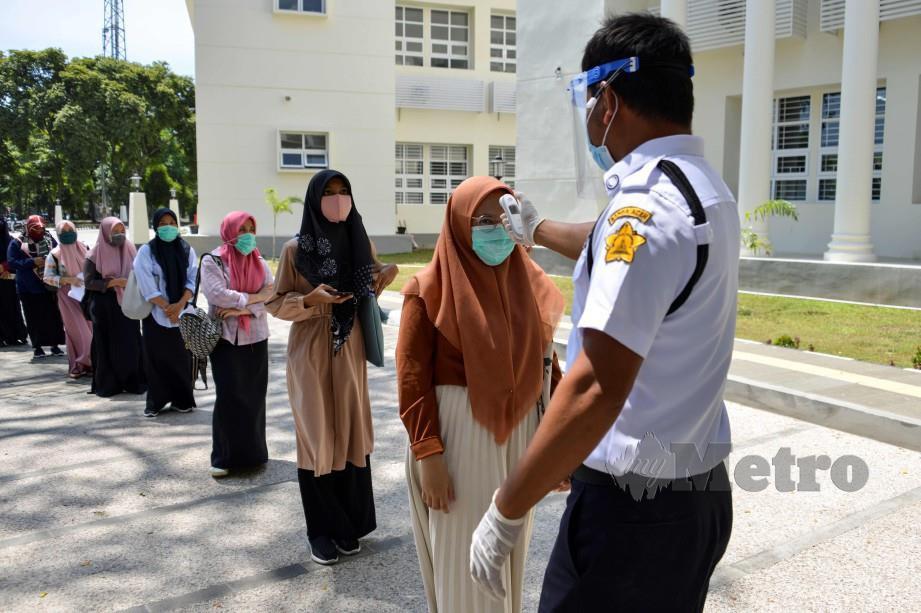 SARINGAN suhu untuk pelajar kolej yang mahu menduduki peperiksaan di Banda Aceh. FOTO AFP