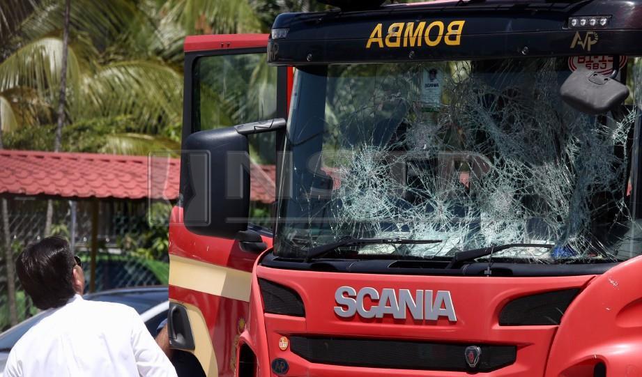 JENTERA FRT yang rosak ketika insiden rusuhan berhampiran Kuil Sri Maha Mariamman, di USJ 25, Subang Jaya, 27 November tahun lalu. FOTO Mohamad Shahril Badri Saali