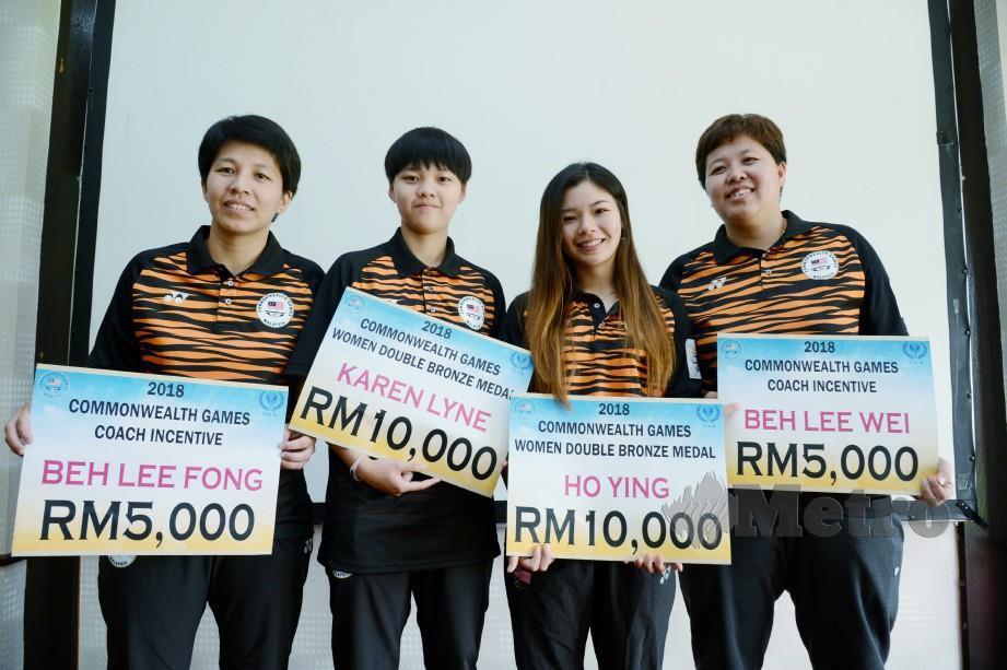 KAREN  (dua, kiri) dan Ho Ying (dua, kanan) menerima insentif dari Persatuan Ping Pong Malaysia selepas memenangi pingat gangsa  Sukan Komanwel 2018 di Gold Coast, Australia.