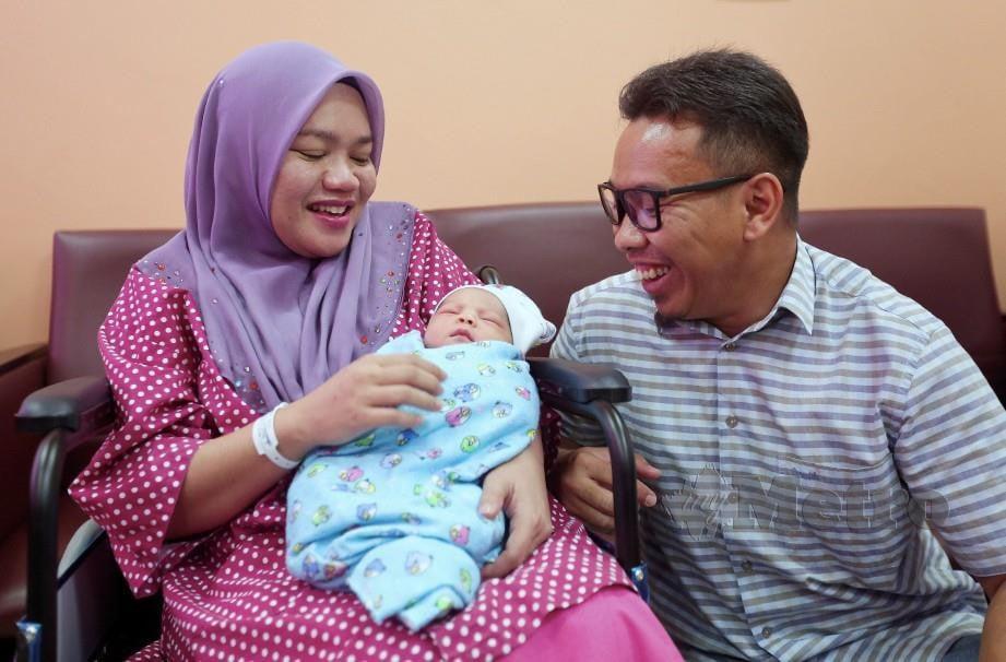 NOOR'ADN (kiri) bersama Mohd Yuhairil gembira selepas bayi lelaki mereka dilahirkan menerusi kaedah rawatan IVF. FOTO Ghazali Kori