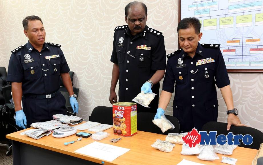 VR Ravi Chandran (tengah) bersama  Timbalan Ketua Siasatan Jenayah Narkotik Perak, Superintendan Abdul Latiff Mehat (kanan) dan Pegawai Penyiasat, Asisten Superintenden Mohd Syukry Mohd Ali  menunjukkan dadah yang dirampas. FOTO L Manimaran