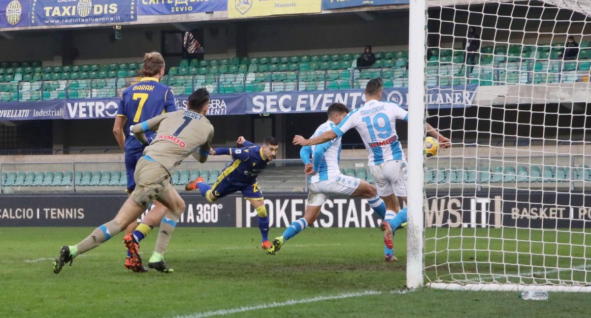 PEMAIN  Hellas Verona,  Mattia Zaccagni (tengah) menjaringkan gol ketiga di Stadium  Marcantonio Bentegodi.  FOTO AFP