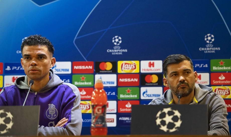 Ketua jurulatih Porto's Sergio Conceicao (kanan) dan pemain pertahanan Pepe (kiri) pada sidang media di Stadium Olimpico, Rome, Itali. FOTO Agensi