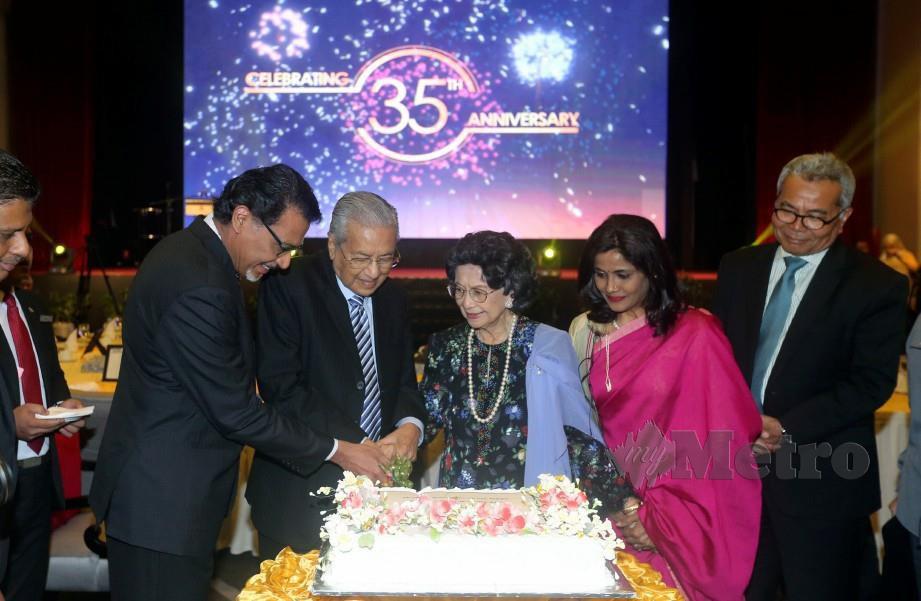 Tun Dr Mahathir bersama Tun Dr Siti Hasmah serta Pengerusi Binary University Tan Sri Prof Joseph Adaikalam memotong kek pada majlis makan malam sambutan 35 tahun universiti itu di Putrajaya. FOTO Mohd Fadli Hamzah