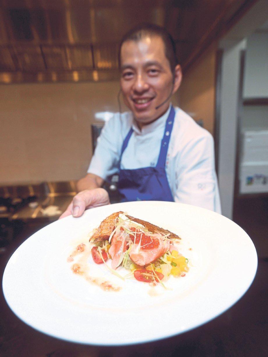 CEF Jimmy menunjukkan hidangan ikan trout yang disediakannya.