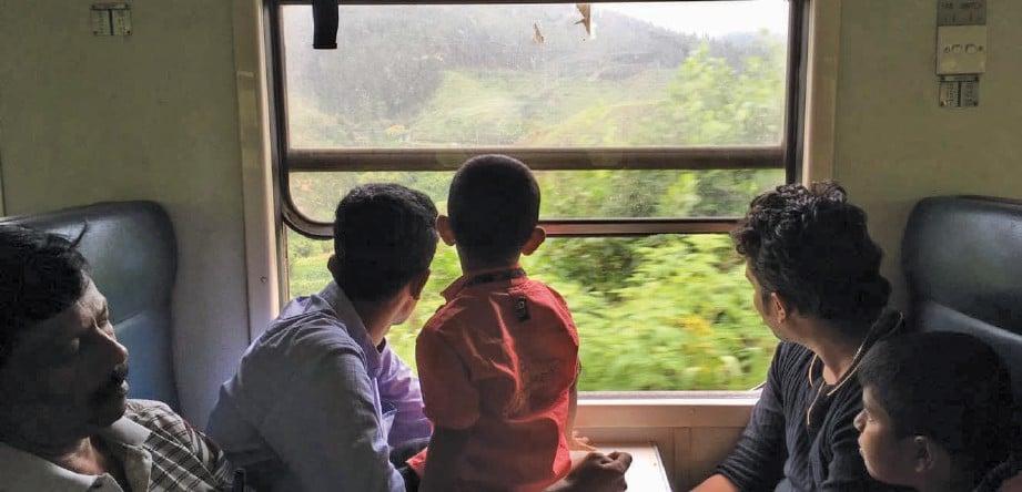 PERJALANAN berkereta api dari Colombo ke Hatton perkenalkan pengunjung dengan budaya dan cara hidup masyarakat tempatan. FOTO Asyraf Maskan