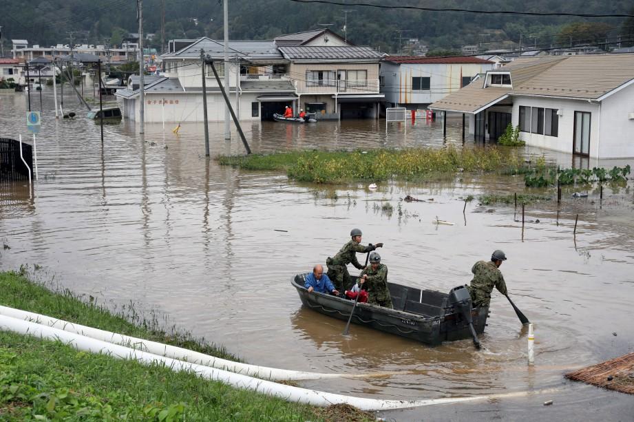 ANGGOTA penyelamat masih meneruskan pencarian mangsa pada hari ketiga hari ini. FOTO EPA