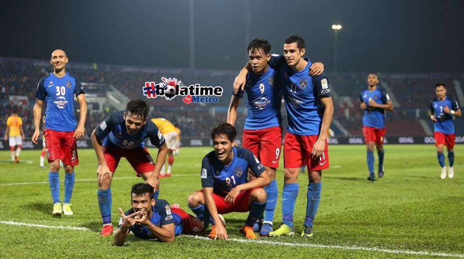 PEMAIN JDT, Muhammad Nazmi Faiz Mansor (empat dari kiri) meraikan jaringan kedua bersama rakan sepasukan, pada perlawanan Liga Super di Stadium Tan Sri Dato Haji Hassan Yunos Larkin Johor Bahru. FOTO Mohd Azren Jamaludin