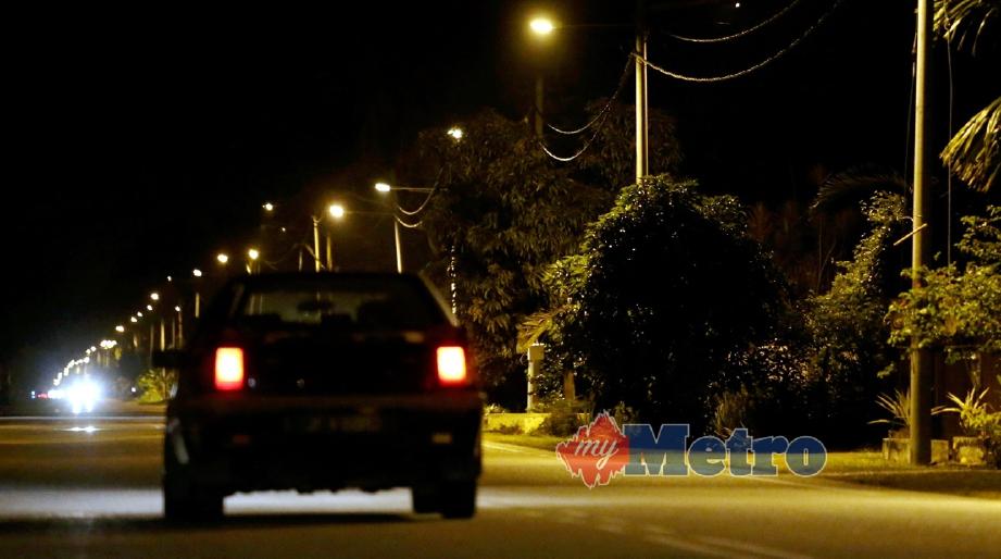 LAMPU jalan yang dipasang di sekitar pekan Bukit Mor, Muar. FOTO Mohd Azren Jamaludin