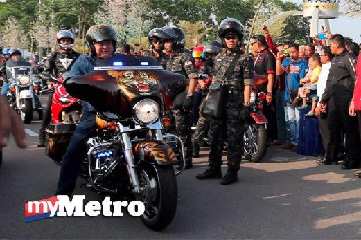 SULTAN Johor, Sultan Ibrahim Iskandar menunggang motosikal bersama peserta konvoi memulakan perjalanan pada hari pertama Kembara Mahkota Johor 2015 selepas dilancarkan Menteri Besar Johor, Datuk Seri Mohamed Khaled Nordin dan Setiausaha Kerajaan Negeri, Datuk Ismail Karim di Laman DiRaja Pontian. FOTO Zain Ahmed