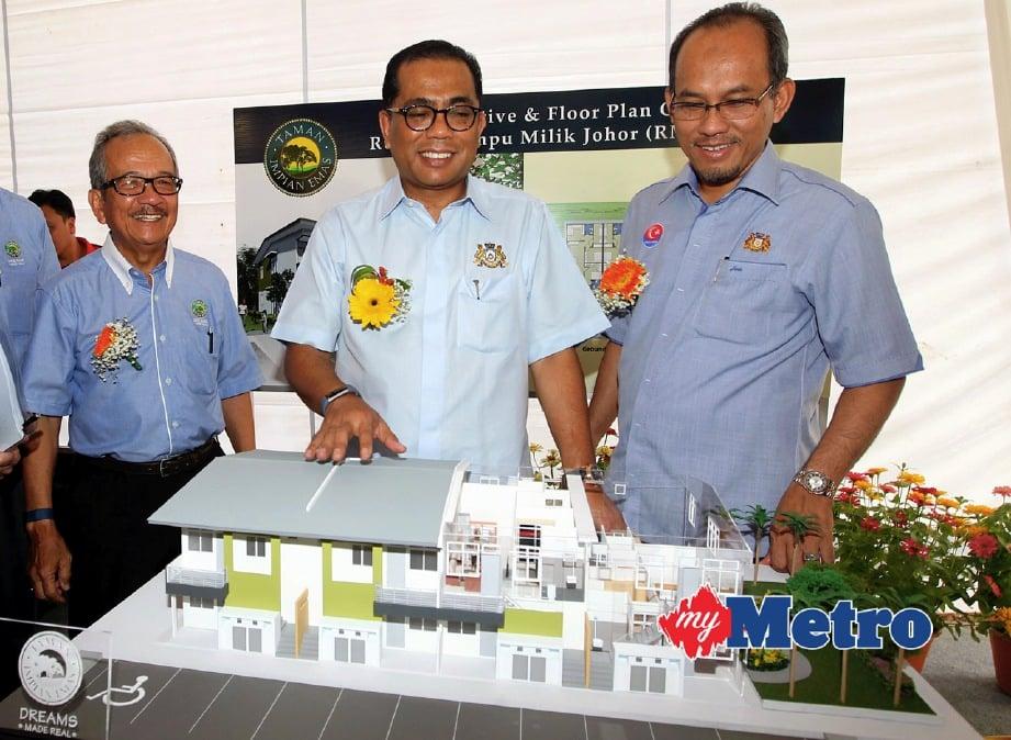 KHALED (tengah) diiringi Exco Perumahan dan Kerajaan Tempatan Johor, Datuk Md Jais Sarday (kanan) dan Pengarah Gunung Impian Development, Tan Sri A Razak Ramli (kiri) melihat rumah contoh RMMJ ketika majlis pecah tanah. FOTO Hairul Anuar Rahim