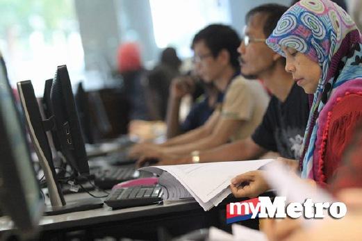 ORANG ramai menggunakan perkhidmatan e-Filing untuk mengemukakan Borang Nyata Cukai Pendapatan (BNCP) atau Borang BE Tahun Taksiran 2014 di pejabat Lembaga Hasil Dalam Negeri (LHDN) cawangan Johor Bahru. FOTO Mohd Azren Jamaludin