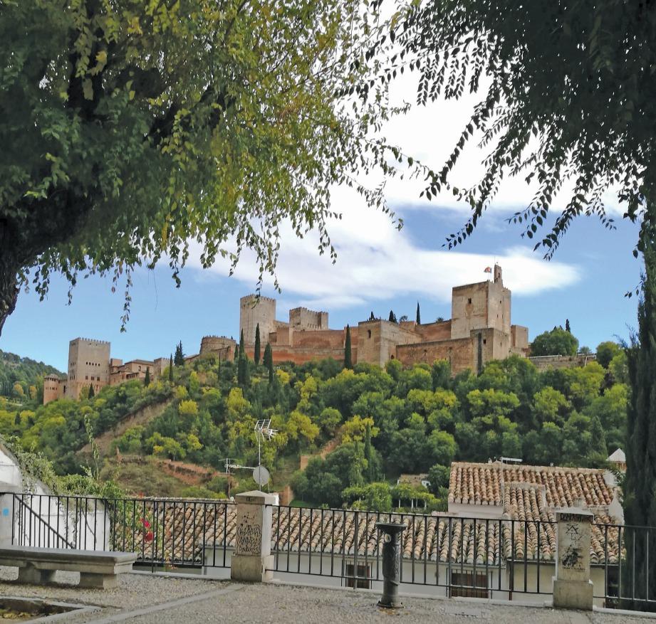 ANTARA kawasan di Albaicin yang dapat melihat kota Alhambra. FOTO Hidayah Rodhi