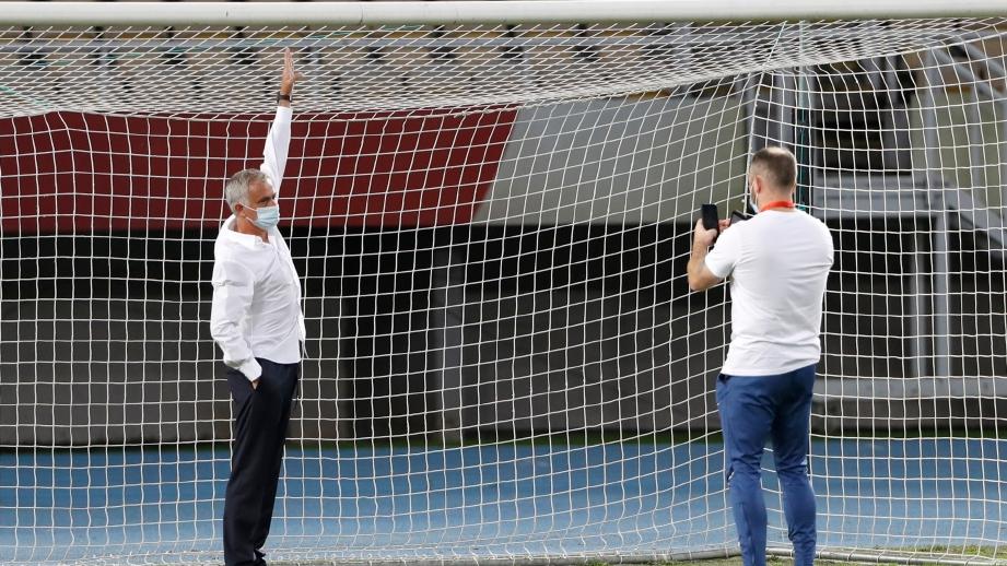 MOURINHO (kiri) menunjukkan tiang gol yang mempunyai kekurangan dari segi ketinggian. FOTO Agensi
