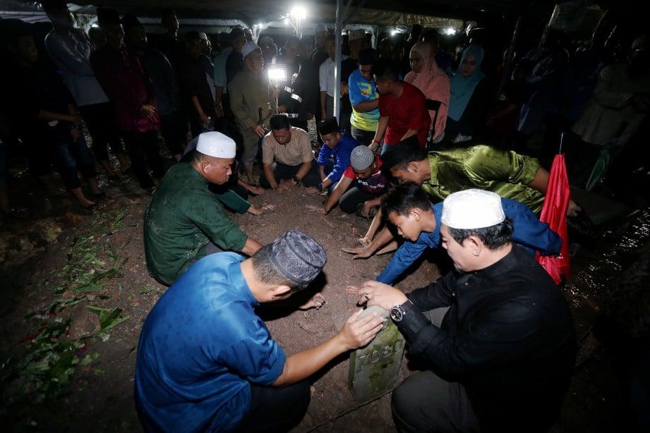 Jenazah Azalan yang terbabit dalam kemalangan di Turki selamat dikebumikan di Tanah Perkuburan Islam Seksyen 21, Shah Alam malam tadi. Foto Saddam Yusoff