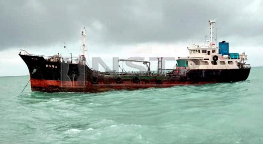 AGENSI Penguatkuasaan Maritim Malaysia (Maritim Malaysia) Tanjung Sedili menahan sebuah kapal tangki kerana bersauh tanpa kebenaran di Teluk Ramunia, Kota Tinggi. FOTO Ihsan Maritim Malaysia