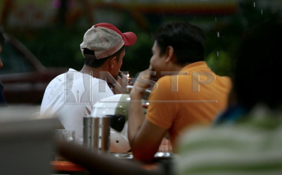 ANTARA perokok yang dilihat masih menghisap rokok di kawasan restoran. FOTO NSTP