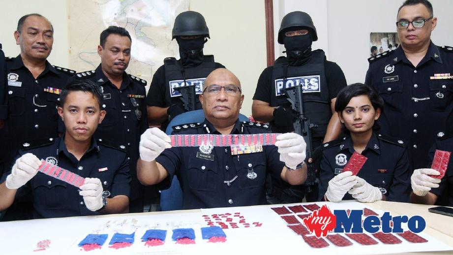 BAHAROM (tengah) bersama pegawainya menunjukkan dadah yang dirampas. FOTO Zaman Huri Isa