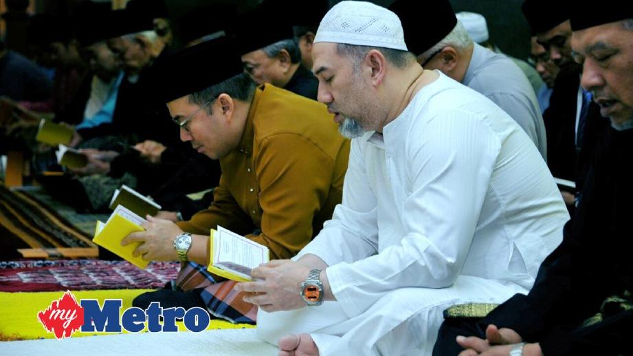 SULTAN Muhammad V bersama Tengku Mahkota Kelantan, Dr Tengku Muhammad Fa-iz Petra di Majlis solat hajat, bacaan Yasin dan doa. FOTO ihsan Istana Kelantan