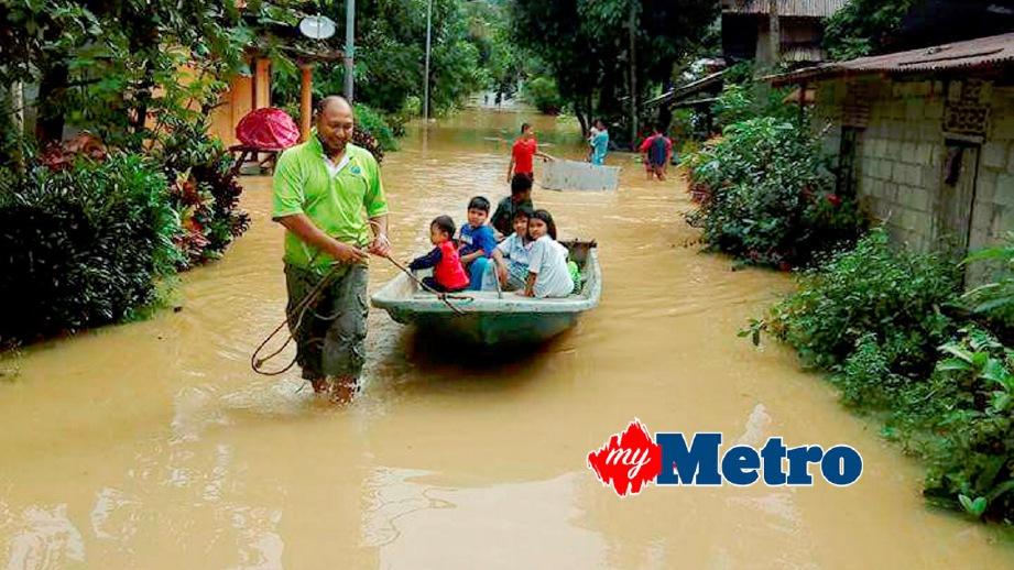 PENDUDUK kampung meredah banjir di Kampung Seberang Jeli. FOTO Mohamed Sahidi Yusof
