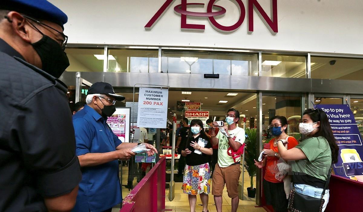 HAMZAH bertanya sesuatu kepada pengunjung ketika membuat pemantauan di Pasaraya AEON, IOI Mall, Puchong. FOTO Azhar Ramli