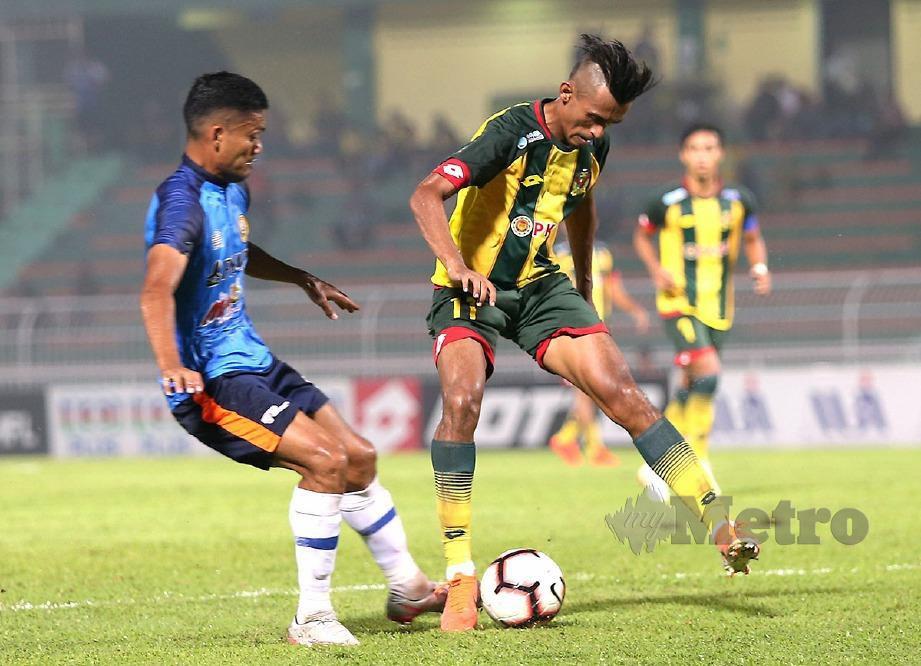 MUHAMMAD Shakir Hamzah (kanan) diasak pemain PKNP FC, Mohd Hafiz Kamal. FOTO Sharul Hafiz Zam