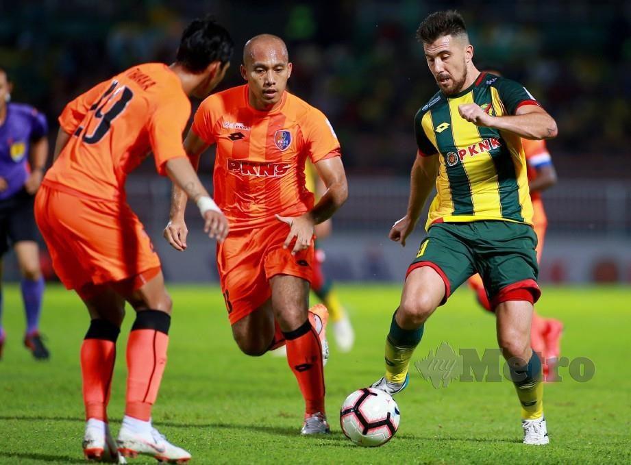BAUMAN  (kanan) diasak dua pemain PKNS FC di Stadium Darul Aman.  - FOTO Shahrul Hafiz Zam