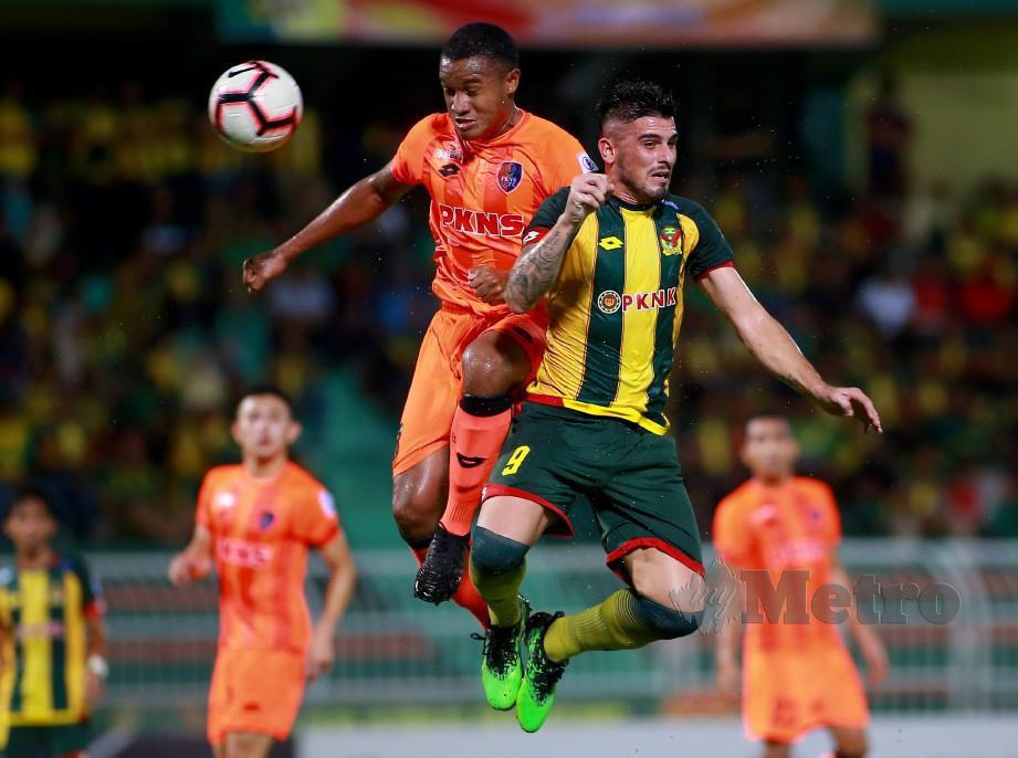 PEMAIN import Kedah, Fernando Rodriguez (kanan) berebut bola dengan pemain PKNS FC, Rodney Celvin di Stadium Darul Aman. - FOTO Sharul Hafiz Zam