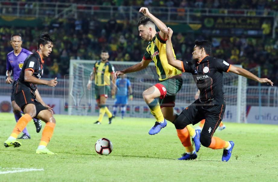 PEMAIN Kedah, Fernando Rodriguez Ortega (tengah diasak pemain FELDA  United, Mohammad Raffi Nagoorgani  di Stadium Darul Aman.