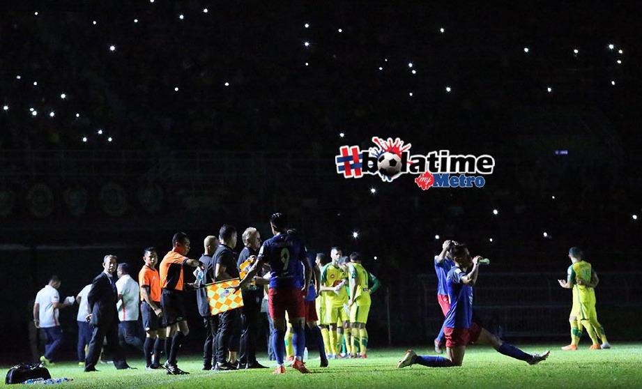 aksi Liga Super di antara Kedah menentang JDT terpaksa dihentikan seketika akibat masalah lampu limpah yang terpadam pada minit ke-69 di Stadium Darul Aman. FOTO/AMRAN HAMID