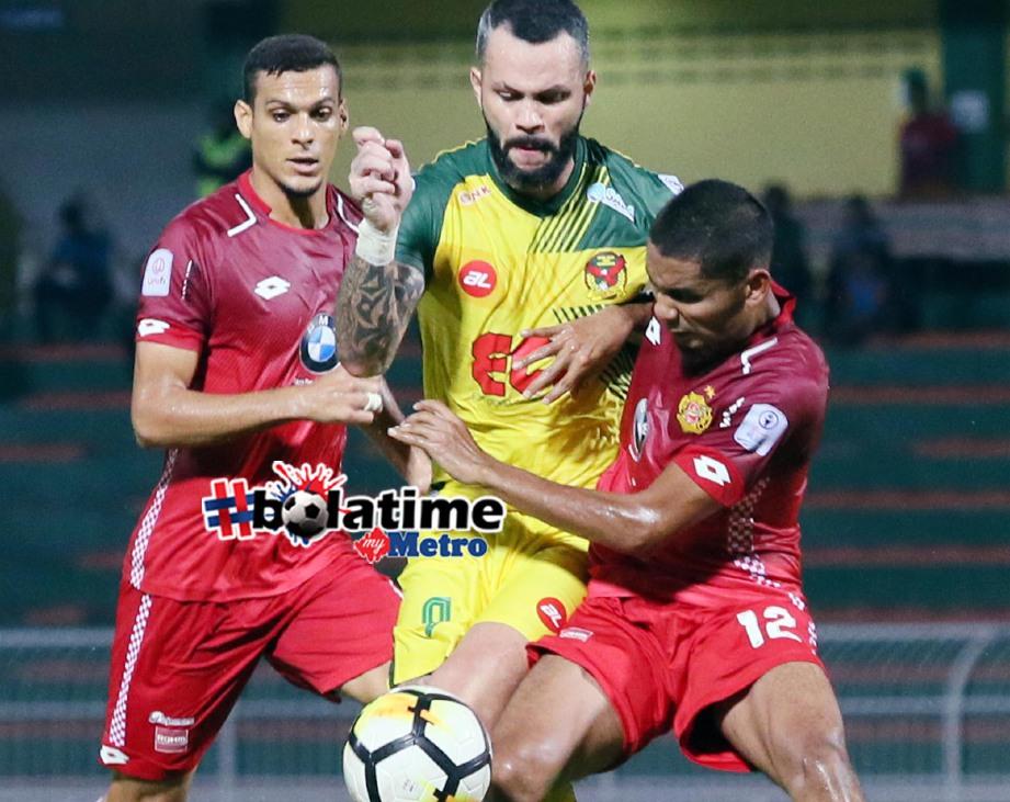 PEMAIN Kedah, Paulo Rangel (tengah) diasak pemain Kelantan, Ahmad Haziq Ahmad Puad pada aksi Liga Super di Stadium Darul Aman. FOTO Amran Hamid