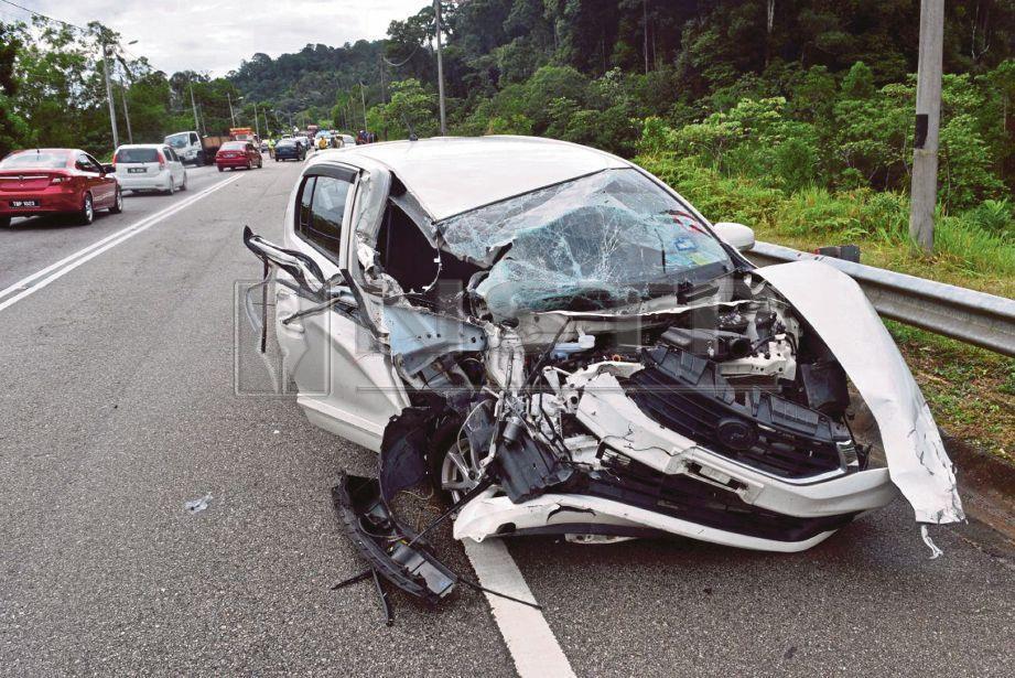 INTAN Mazura tersepit selepas kereta Perodua Myvi dipandunya terbabit dalam kemalangan dengan lori dan dua kenderaan lain di Kilometer 8, Jalan Dungun-Bukit Besi, Dungun, hari ini. FOTO Rosli Ilham.