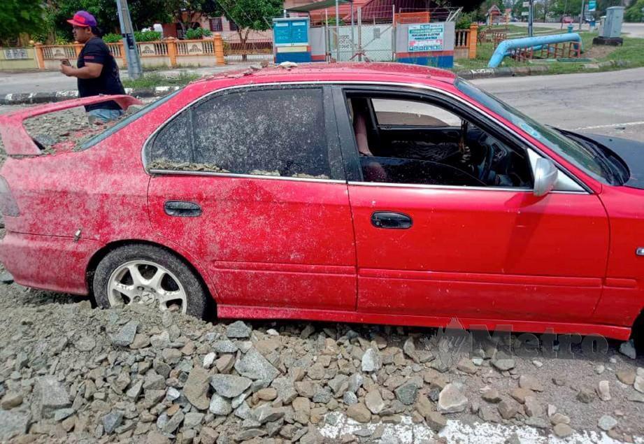 KEADAAN kereta yang rosak selepas lori membawa muatan batu kerikil terbalik di persimpangan lampu isyarat Pengkalan Nyireh, Jertih. FOTO NURUL FATIHAH SULAINI