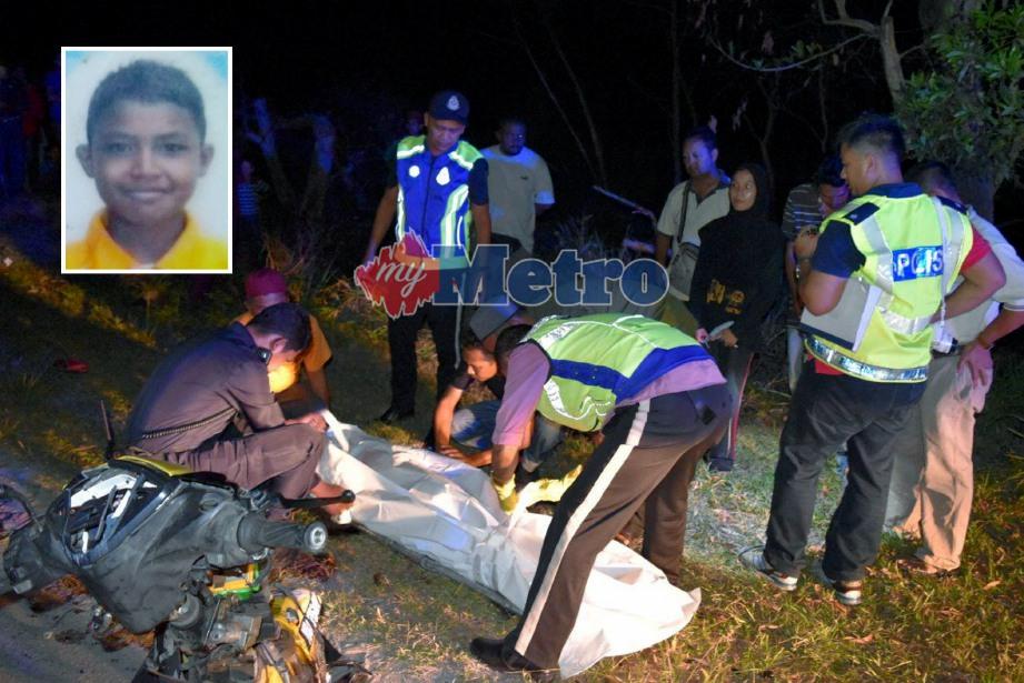 ANGGOTA polis menutup mayat mangsa Muhammad Afiq Daniel Abdul Rahim (gambar kecil) yang maut dalam kemalangan membabitkan dua motosikal yang diboncengnya bertembung di Kampung Tebing Tembah dan yang lain dilaporkan kritikal. FOTO Rosli Ilham