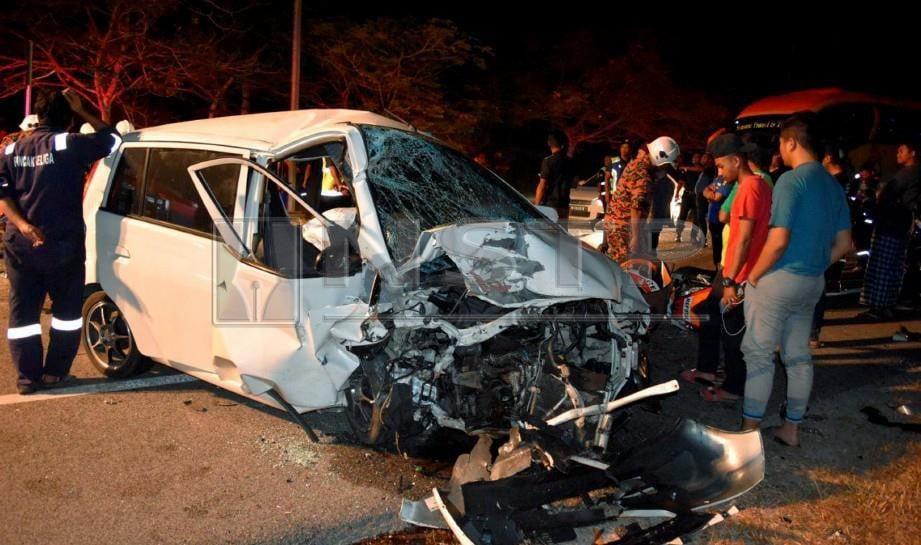 ANGGOTA Bomba dan Angkatan Pertahanan Awam APM sedang memberi rawatan kecemasan kepada pemandu dan penumpang kereta Perodua Viva yang parah. FOTO Rosli Ilham