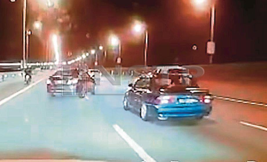 PAPARAN kamera Dashcam menunjukkan kereta Toyota Vios terbabas dan melanggar SUV putih sebelum terjatuh ke dalam laut dalam kemalangan di Kilometer 4 Jambatan Pulau Pinang di Georgetown, hari ini. FOTO ihsan pembaca.