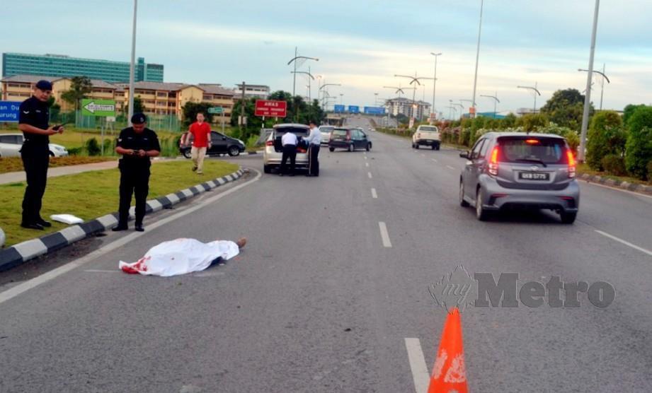 PENGHANTAR surat khabar maut dalam kejadian langgar lari di Jalan Tun Jugah, Kuching. FOTO Ihsan PDRM