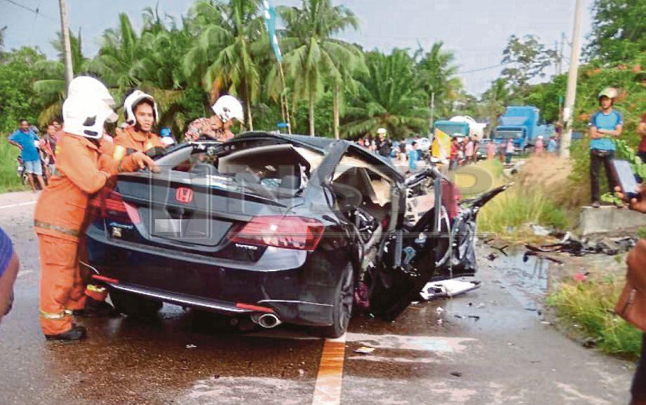 ANGGOTA bomba membantu mangsa kemalangan di Jalan Bukit Tebu, Pasir Panjang, Teluk Kemang, Port Dickson, hari ini. Foto BERNAMA