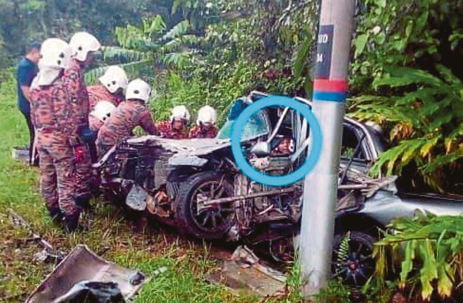KELIHATAN wajah seorang kanak-kanak (dalam bulatan) pada sebuah kereta Proton Wira yang terbabit kemalangan sedangkan hanya seorang pemandunya saja yang maut setelah bertembung dengan kenderaan pacuan empat roda di Kilometer 21 Jalan Gua Musang-Kuala Krai. FOTO Ramli Ibrahim