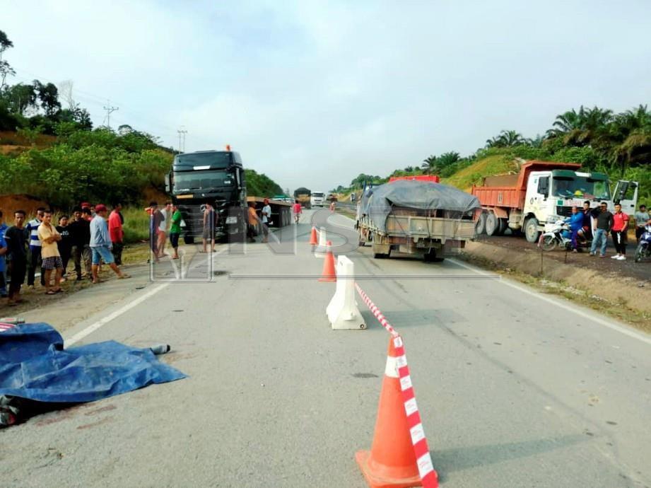 Lokasi kemalangan membabitkan treler dan motosikal yang bertembung di kilometer 118 Jalan Miri-Bintulu. FOTO Kandau Sidi.