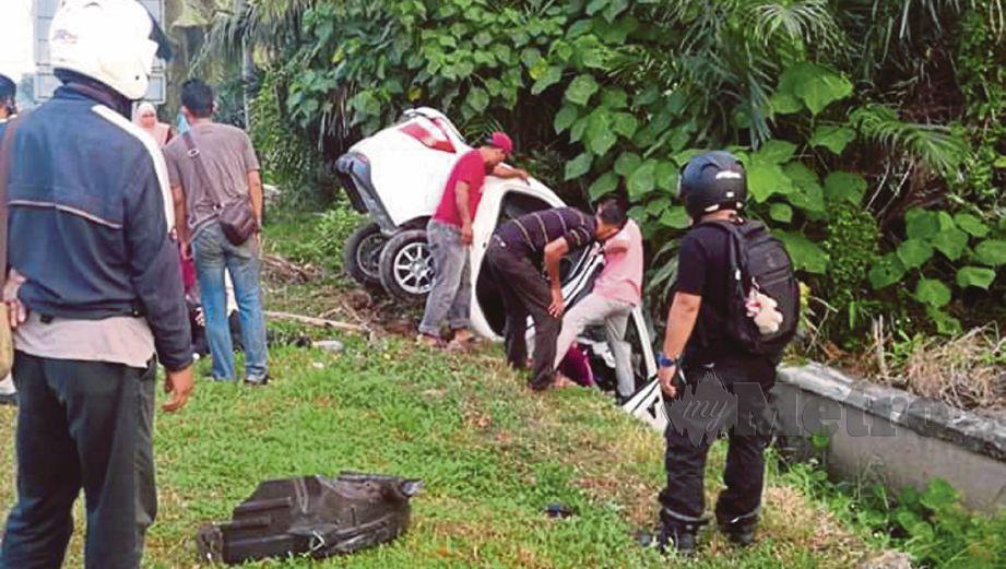 KERETA Perodua Bezza dinaiki tiga pensyarah PSIS terbabas ke dalam parit selepas terbabit dalam kemalangan di simpang tiga di Jalan Sekolah, Kampung Banting, Sabak Bernam, hari ini. FOTO ihsan pembaca.