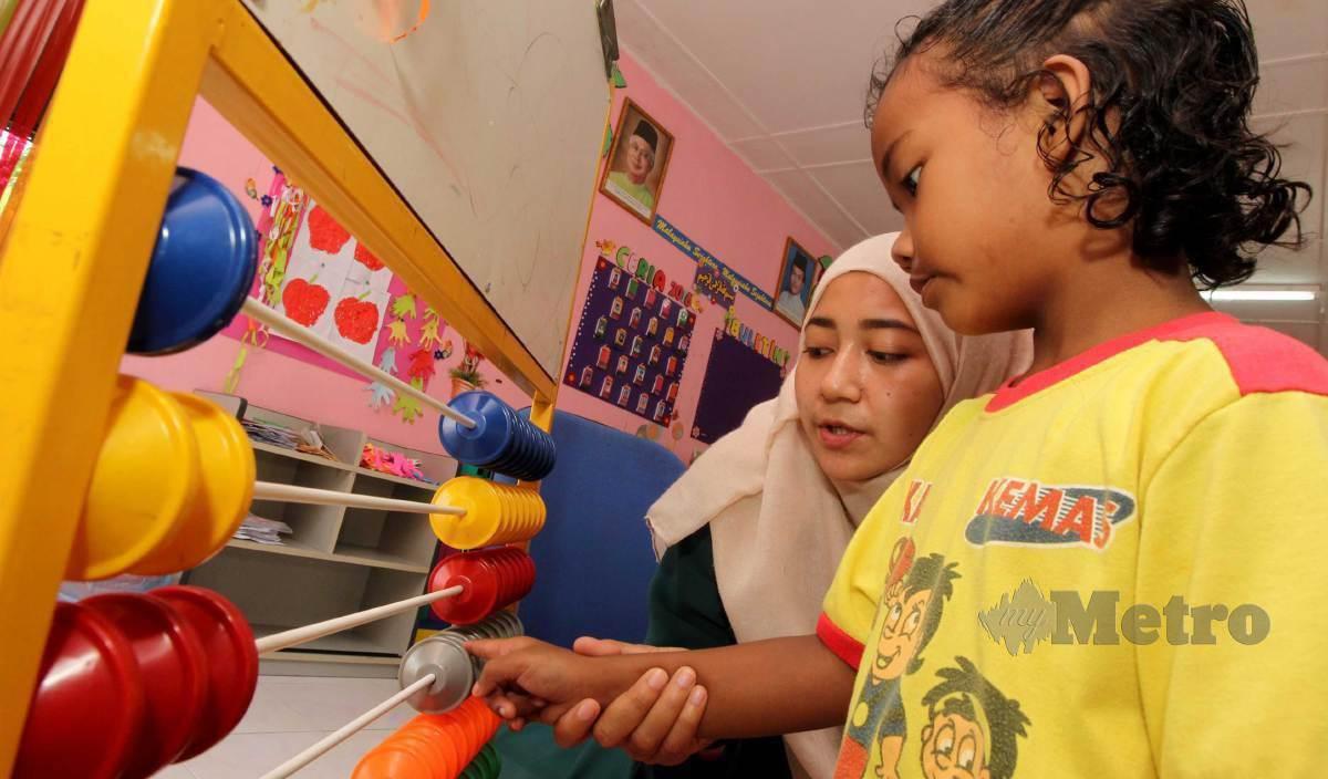 SEORANG Muslim perlulah menjaga kemuliaan dan beradab dalam usaha mencari ilmu pengetahuan. - Gambar hiasan. FOTO Arkib NSTP