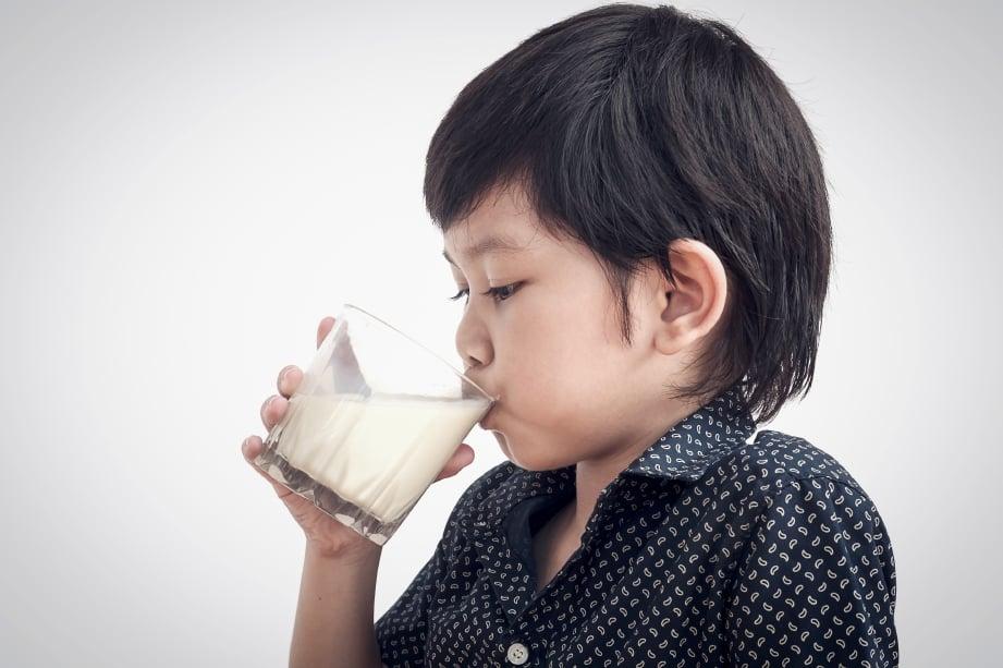 PASTIKAN anak minum air secukupnya. FOTO Sumber Google