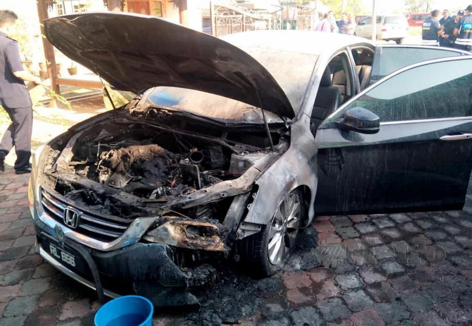 KERETA rasmi Mufti Perlis rosak selepas dibakar di kediamannya di Persiaran Wawasan, Kangar, 22 Mac lalu. FOTO ihsan PDRM