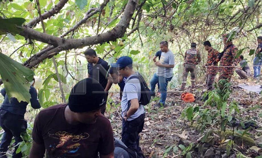 ANGGOTA polis dan bomba menyertai operasi mencari saki baki cebisan mayat kanak-kanak mangsa bunuh Nur Aisyah Aleya Abdullah, 3, yang diteruskan di hutan Jalan Gunung Raya. FOTO Ihsan PDRM