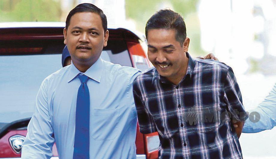 MOHD Nizam (kanan) mengaku tidak bersalah di Mahkamah Majistret Seremban, hari ini atas dua pertuduhan menyamar pegawai kastam dan menipu membabitkan kerugian RM1,600. FOTO Adzlan Sidek.
