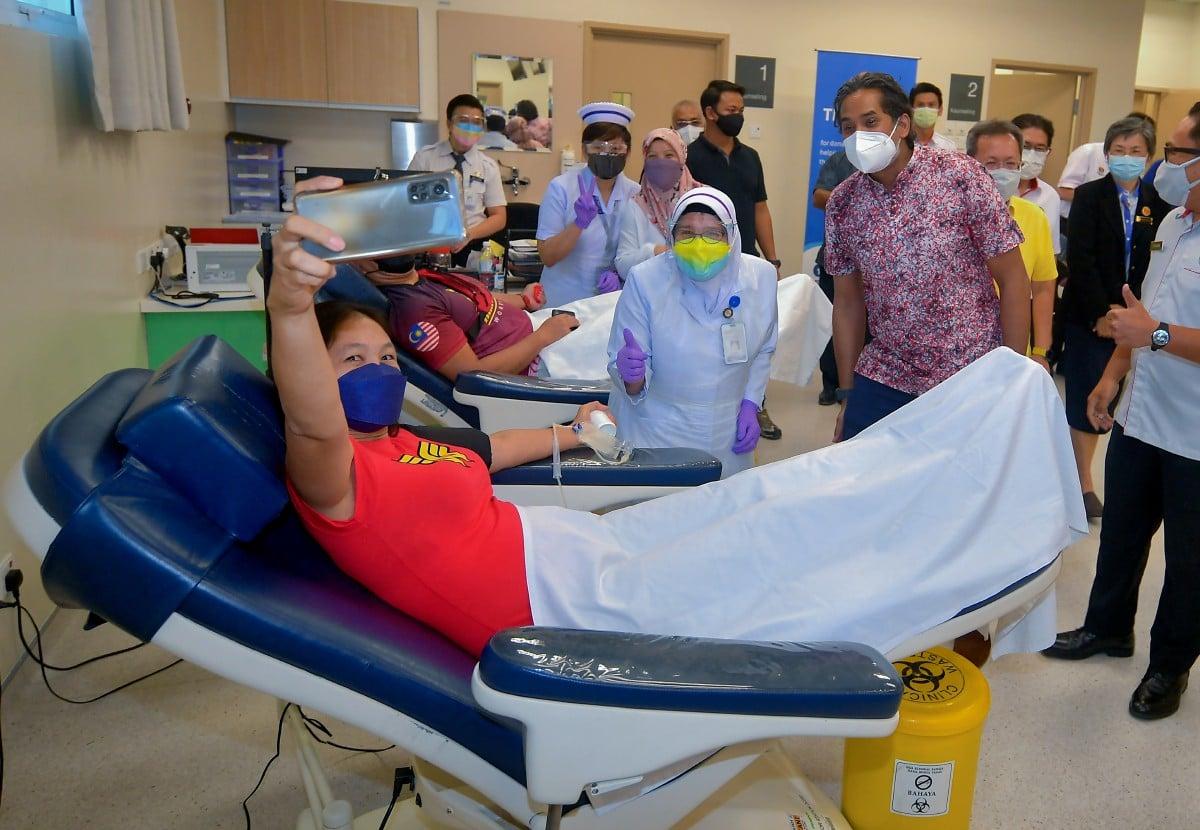 Khairy berswafoto dengan seorang penderma darah di Pusat Tabung Darah HUS, Kuching ketika lawatan kerja ke hospital itu hari ini. Foto Bernama