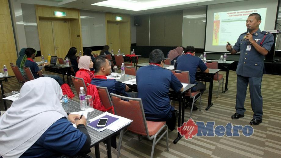 WAKIL Jabatan Bomba dan Penyelamat Pahang, Shahrin Yusmar memberi taklimat kepada peserta yang hadir pada Bengkel Prosedur Tetap Operasi (SOP) melaksanakan Program Mencegah Kebakaran Tanah Gambut Untuk Mengatsai Jerebu di Pekan. FOTO Muhd Asyraf Sawal